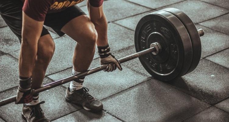 man weight lifting